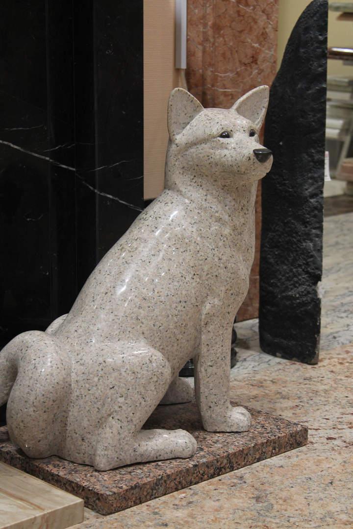 """Гранитная собака """"Хатико""""."""