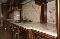 Кухня с мраморной столешницей