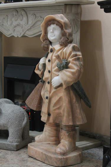 Скульптура девочки из мрамора.