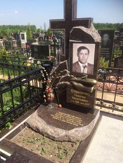 """Гранитный памятник """"Субмарина""""."""