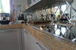 Кухня с гранитной столешницей и барной стойкой.