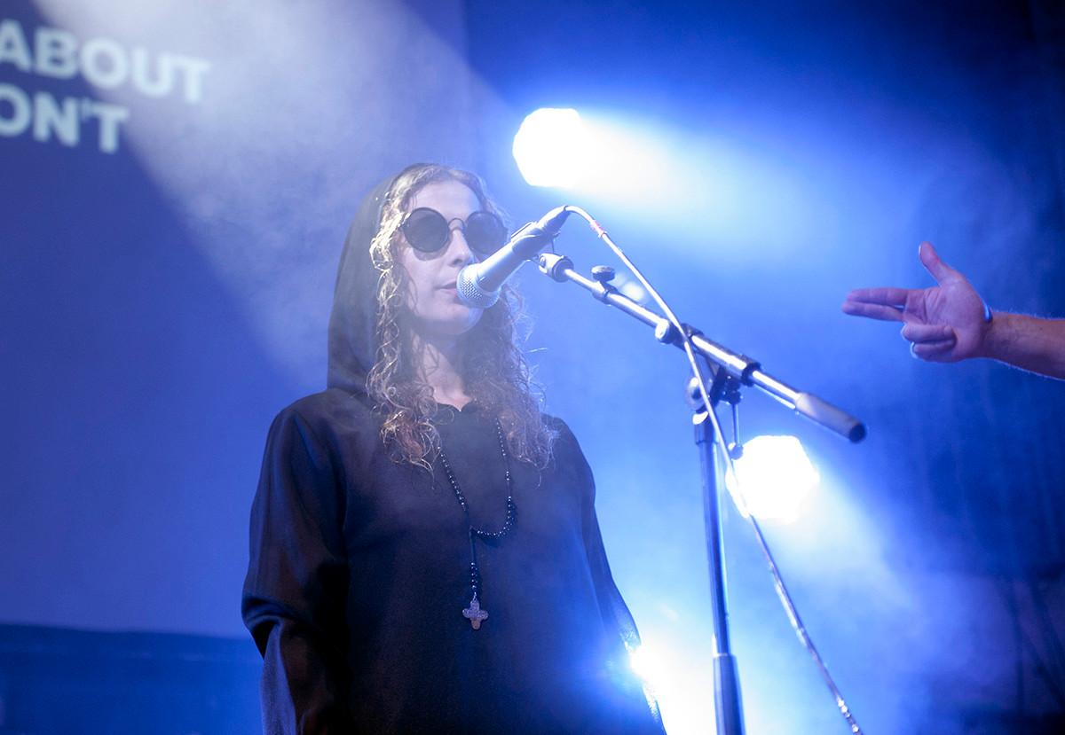 Maria Alyokhina singing.