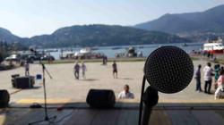 בהופעה מול אגם קומו, איטליה