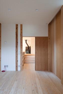 リスニングルームから家事スペースを見る。