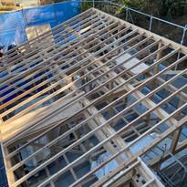 屋根工事【傾斜地のふもとにある家】