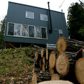 杉柱にくるまれた家