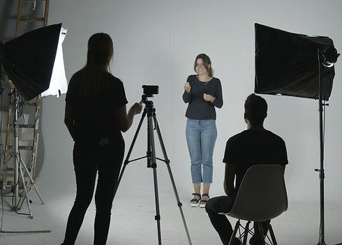 Foto del equipo de Okurelo trabajando en set de filmación.