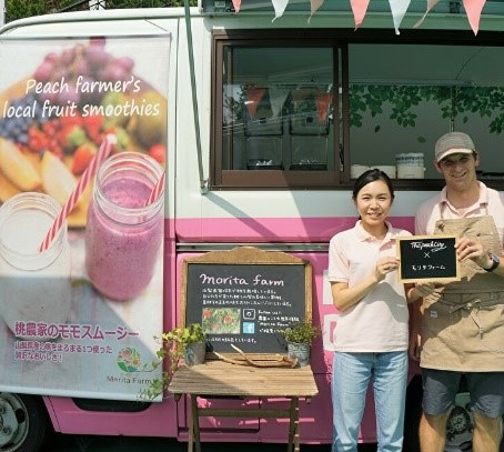 U-turn back home from abroad with her Kiwi partner Their peach smoothies promote Yamanashi's fruit