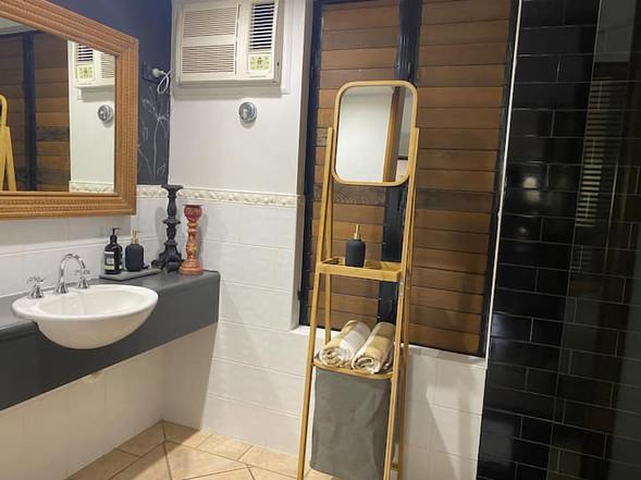Hibiscus Number 9   |   bathroom