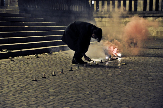 Fragment akcji Rebecci Baumann, Improvised Smoke Device, Poznań 2010, fot. Natalia Kuszewska