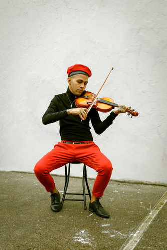 Yaya Plyaying Violin