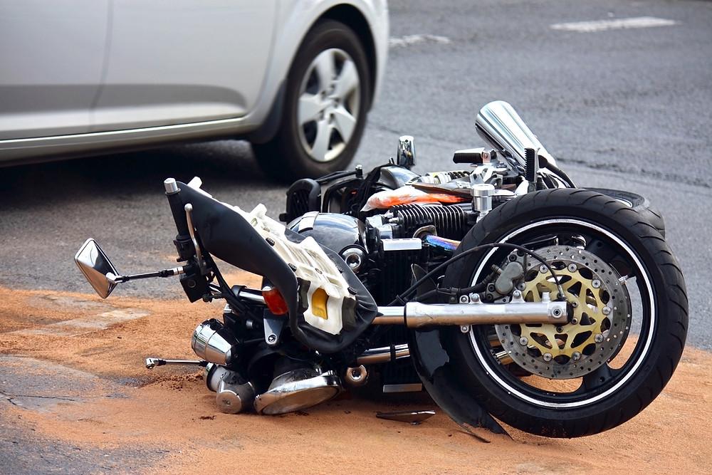 אופנוע על הכביש לאחר תאונה