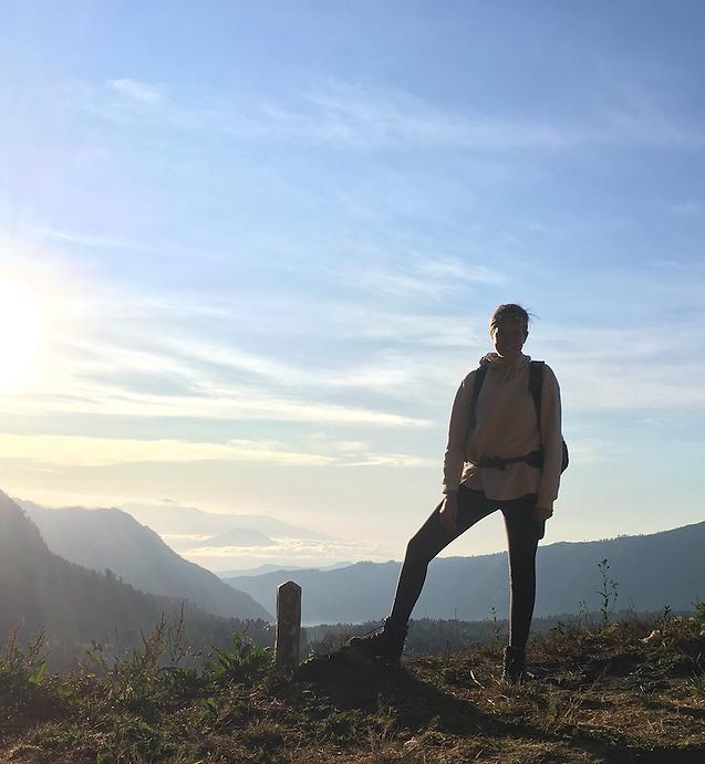 Dit ben ik, Malou van Gorp founder of POCA MA LOU. Deze foto maakte mijn vriend van mij, toen we in Indonesie waren, we maakten een prachtige hike naar de Bromo vulkaan. Ik neem je mee op mijn virtuele reis. (Bio foto)
