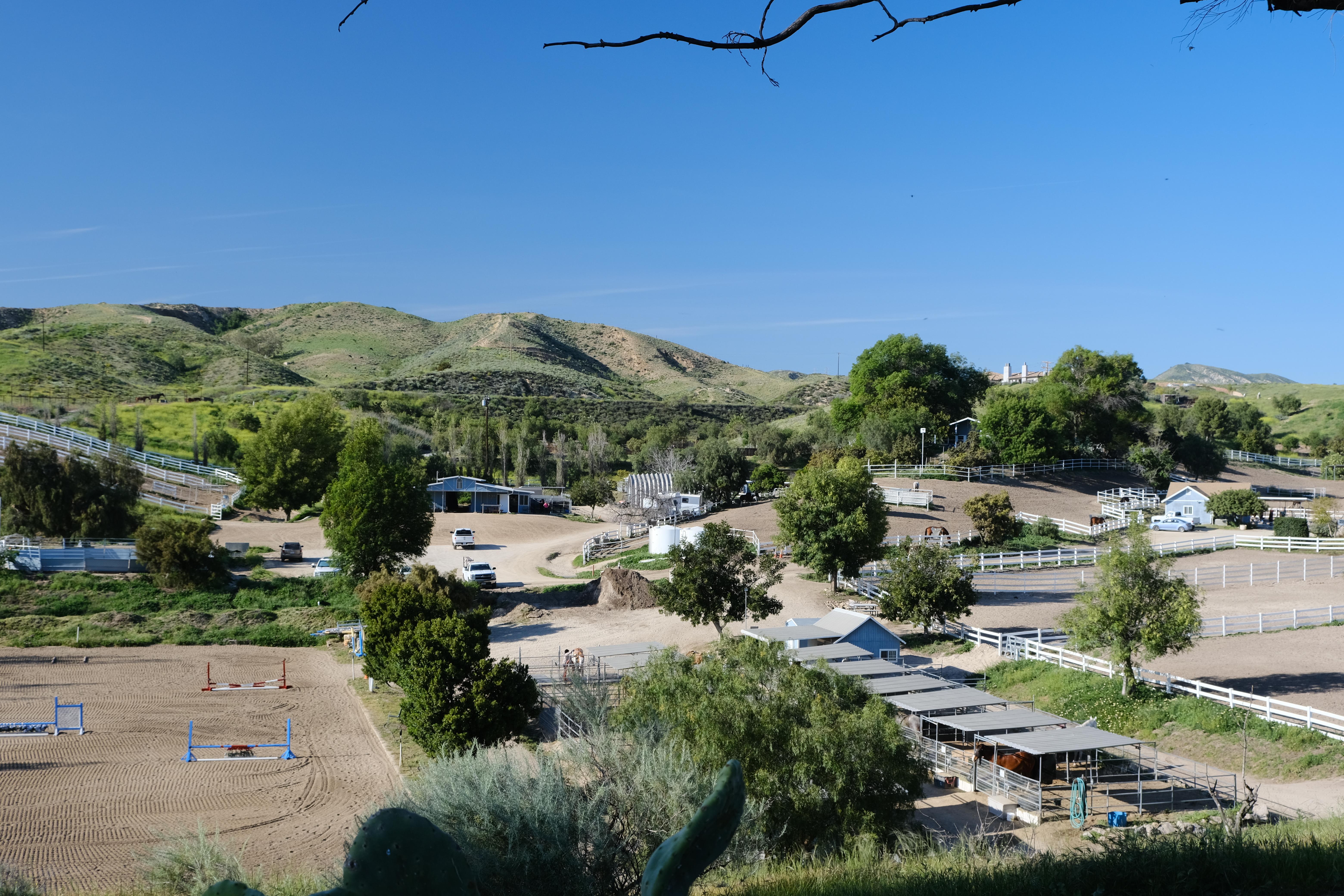 vistadelmarranch-mainbarn-californiahors
