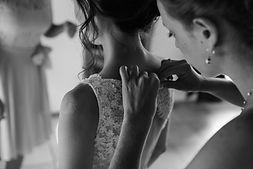 Photographe mariage noir et blanc détails robe mariée