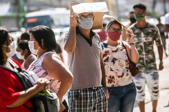 Brasileiros aguardam em fila para receber segunda parcela do auxilio emergencial do governo durante a pandemia do novo coronavírus.  (Bruna Prado/Getty Images).