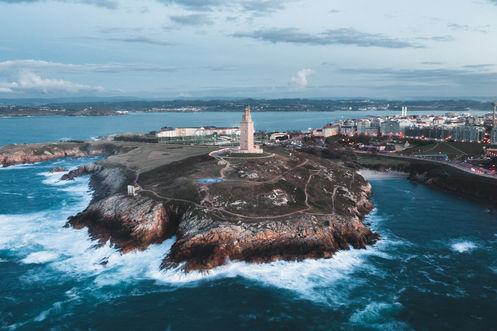 Torre de Hércules A Coruña, con el mar