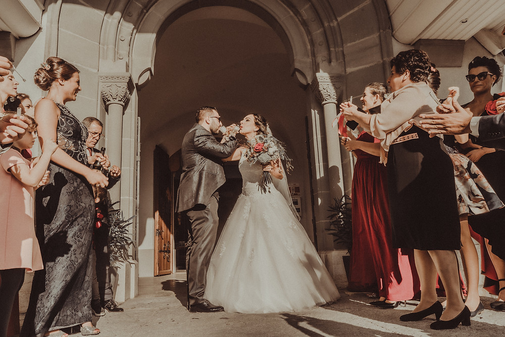 ceremonie mariage eglise villars sur glane fribourg photographe mariage suisse romande emotion joie jour J champagne foule