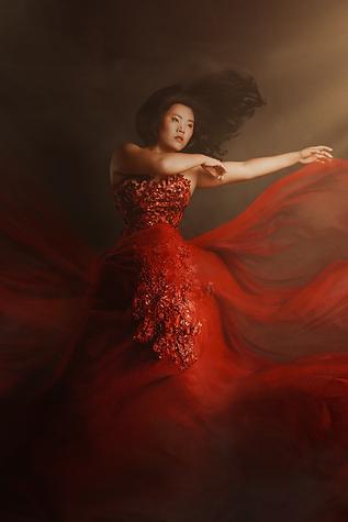 shooting photo fine art inspiré par les tableaux de maîtres clair-obscur,  femme en robe de princesse rouge, vol dans le vent