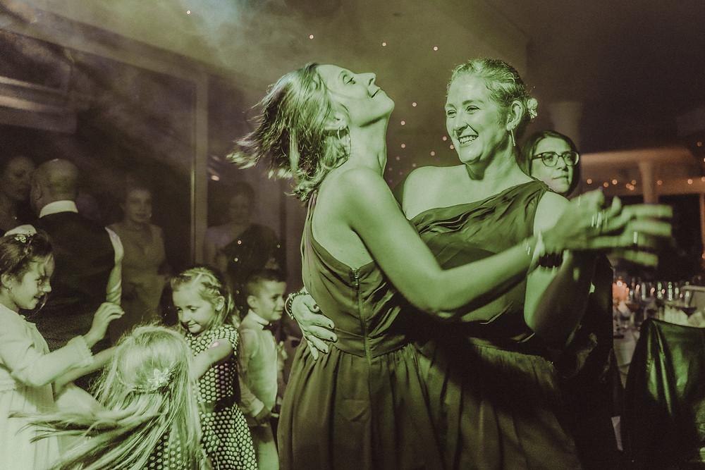 premiere danse mariage couple photographe mariage suisse golf club gruyere spot lumiere ombre emotion tendresse sensualite demoiselle d'honneur fete drole