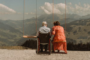 Berghaus Gurli mariage balancoire suisse montagne panorama ceremonie invites joie rire photographe mariage fribourg suisse montagne