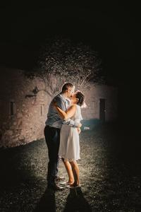 baiser romantique lumiere nuit le locle marie mariage civil