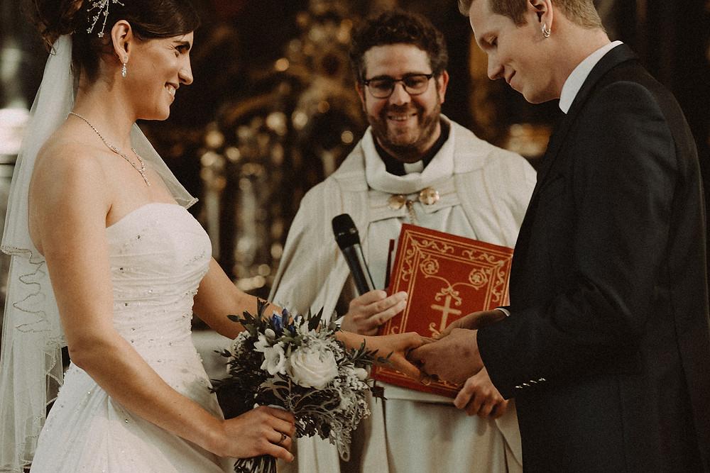echange alliances mariage ceremonie eglise saint michel fribourg emotion sourire robe