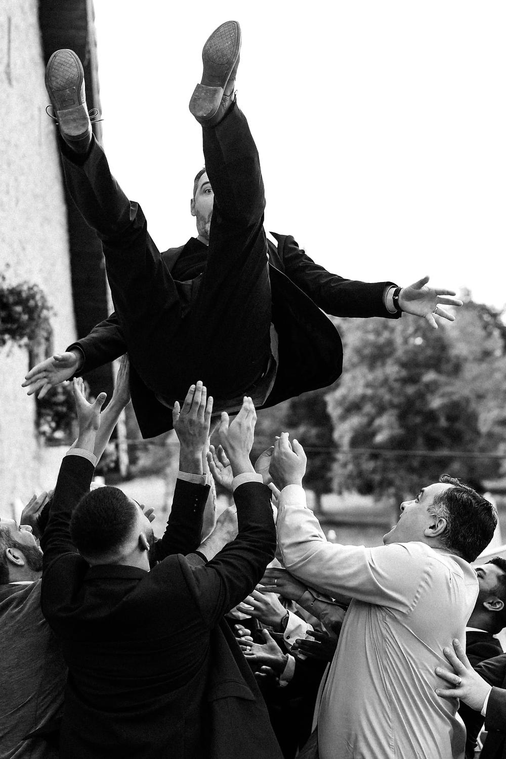marie jete en l'air saut vol fete joie rire famille