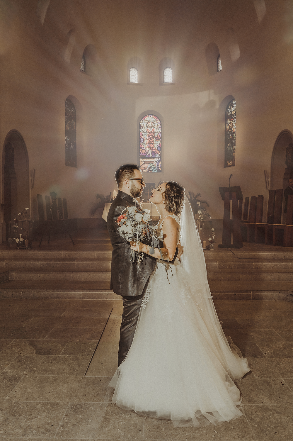photographe mariage suisse eglise emotion lumiere photoshoot photo de couple magie feerique villars-sur-glane suisse