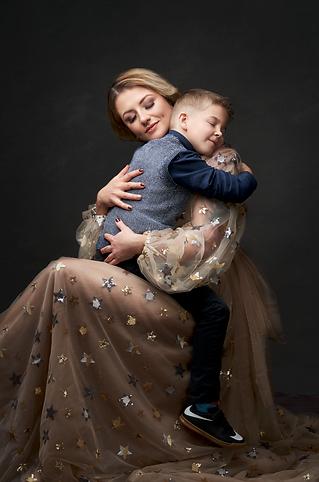 shooting photo fine art inspiré par les tableaux de maîtres clair-obscur,  photoshoot créatif maman fils enfant, câlin robe princesse étoile