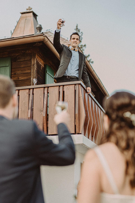 Berghaus Gurli mariage balancoire suisse montagne panorama ceremonie invites joie rire photographe mariage fribourg suisse montagne ceremonie cadeau invités photos de couples baiser vin d'honneur toast temoin
