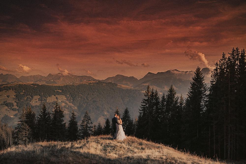 Berghaus Gurli mariage balancoire suisse montagne panorama ceremonie invites joie rire photographe mariage fribourg suisse montagne ceremonie cadeau invités photos de couples baiser