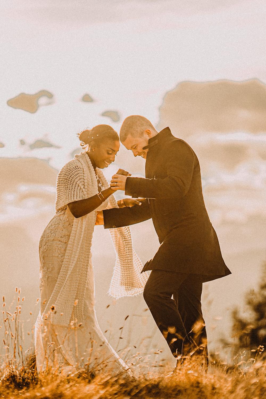 Photo couple nendaz lac tracouet coucher de soleil amour romantique emotion tendresse calin lumiere photographe mariage suisse