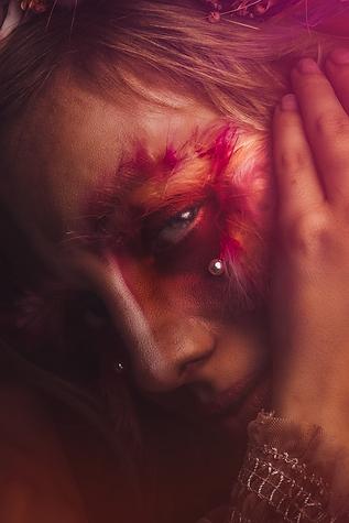 shooting photo fine art inspiré par les tableaux de maîtres clair-obscur,  geai moqueur makeup créatif plumes et perles