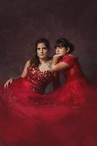 shooting photo fine art inspiré par les tableaux de maîtres clair-obscur,  shooting mère-fille, en robe de princesse rouge
