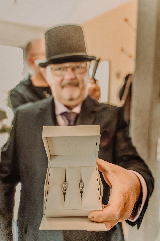 photographe mariage suisse emotion maman mariee jour J premier regard preparation bagues