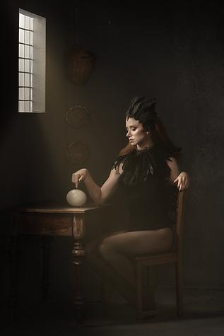 shooting photo fine art inspiré par les tableaux de maîtres clair-obscur, femme rousse cygne noir assise près d'une fenêtre