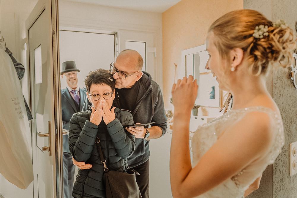 photographe mariage suisse emotion maman mariee jour J premier regard preparation