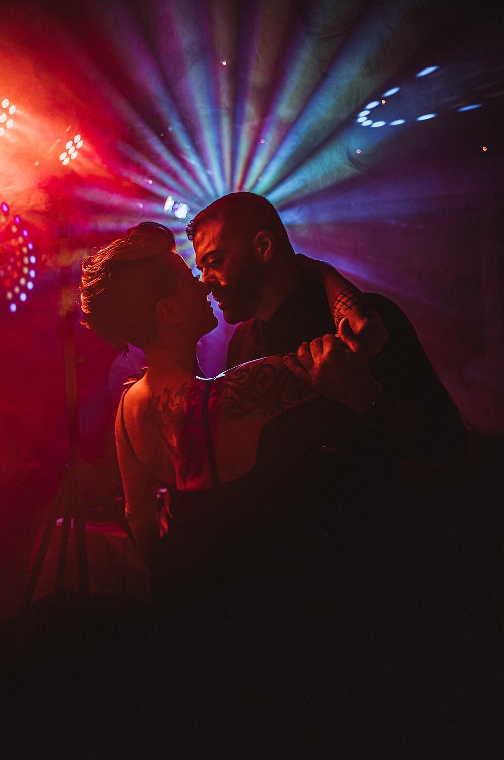 premiere danse mariage couple photographe mariage suisse golf club gruyere spot lumiere ombre emotion tendresse sensualite