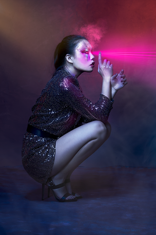 shooting photo fine art inspiré par les tableaux de maîtres clair-obscur,  photoshoot créatif makeup créatif bladerunner 2048, Cyberpunk 2077 robot, laser disco