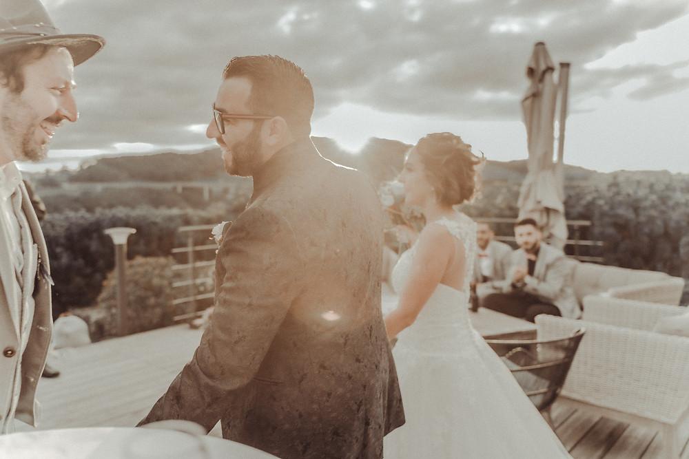 mariage eglise villars sur glane fribourg photographe mariage suisse romande emotion joie jour J aperitif venue restaurant soiree fete entree couple aperitif repas joie rire golf club gruyere