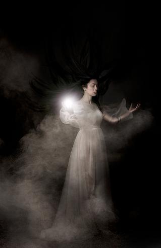 shooting photo fine art inspiré par les tableaux de maîtres clair-obscur,  photoshoot créatif la dame blanche fantôme,