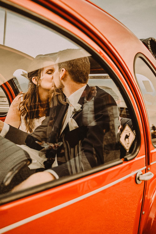 Berghaus Gurli mariage balancoire suisse montagne panorama ceremonie invites joie rire photographe mariage fribourg suisse montagne ceremonie cadeau invités photos de couple  vache soleil chalet 2cv citroen