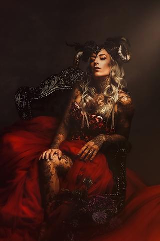 shooting photo fine art inspiré par les tableaux de maîtres clair-obscur,  photoshoot créatif  femme tatouée, robe princesse, gothique, rock photoshoot fine art