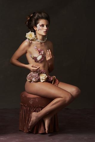 Photographie shooting Fine Art femme nue recouverte de fleurs inspiré de tableaux de maîtres clair-obscur