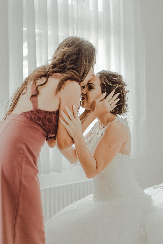 preparation mariee demoiselle d'honneur robe mariage mariee sourire emotion jour J joie