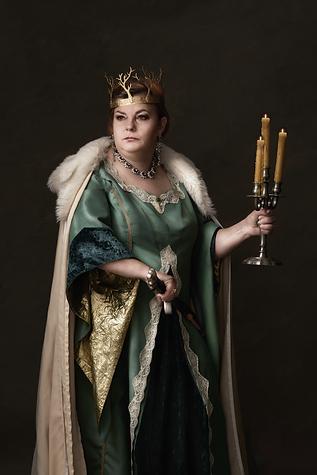 shooting photo fine art inspiré par les tableaux de maîtres clair-obscur, reine avec une épée et un cierge