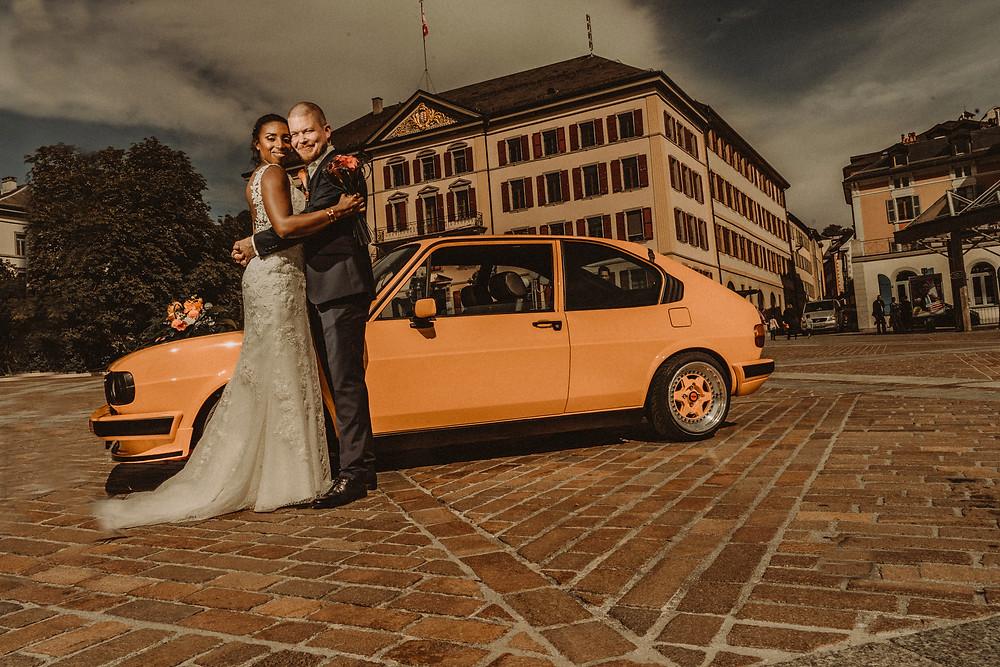 supersaxo sion photo couple mariage bonheur portrait couple lumiere clair obscur mariee sourire emotion tendresse volkswagen orange de 1983