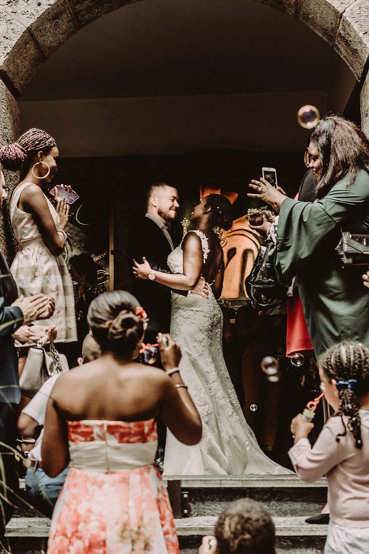 supersaxo sion photo couple mariage bonheur portrait couple lumiere clair obscur mariee sourire emotion tendresse invites joie bulles savon