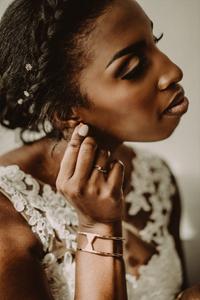 preparation mariage sion photographe suisse mariée bijoux boucles d'oreilles